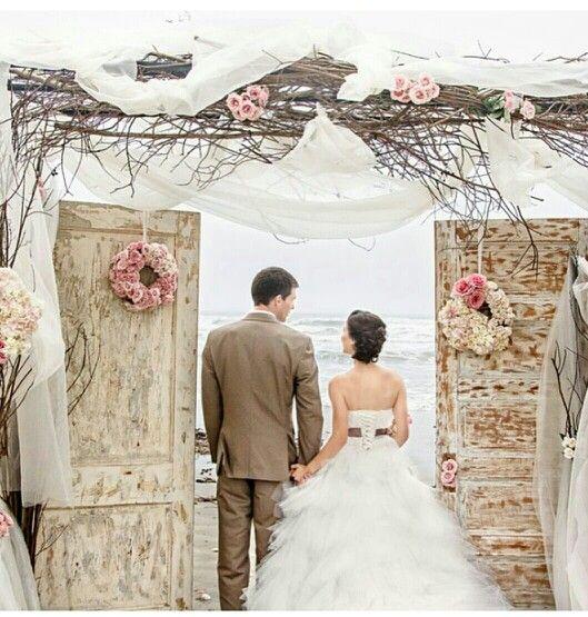 Wedding shabby chic doors vintage floral wedding gown groom bride beach. Recepcion altar boda vintage matrimonio floral puertas desgastadas diseño