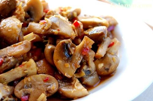Mushroom stir fry with lemon grass and chili