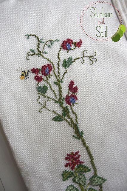 Kissen Kazuko Aoki Kreuzstich Blumen Wiese Biene / Pillow Cross Stitching flowers meadow bee / StickenMitStil