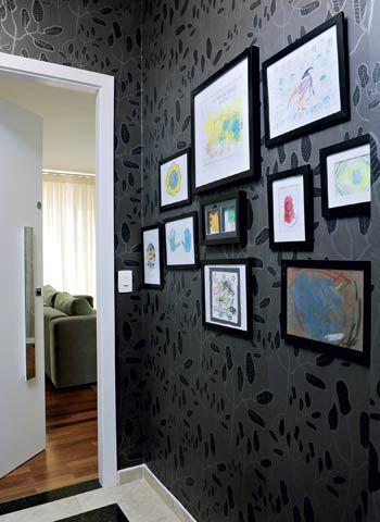 Para expor os desenhos de Fernando, 5 anos, no hall de entrada deste apartamento, o designer de interiores Gabriel Valdivieso montou os quadrinhos com molduras pretas de diferentes tamanhos
