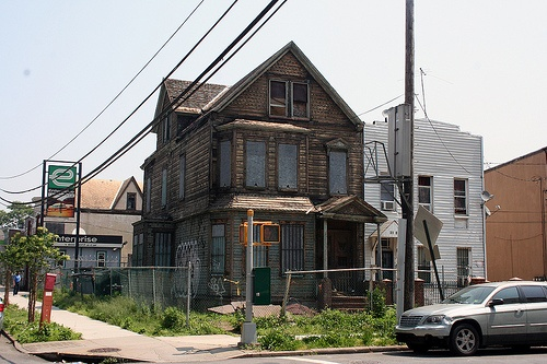 I see this old house every day from the subway. So glad someone else noticed it!