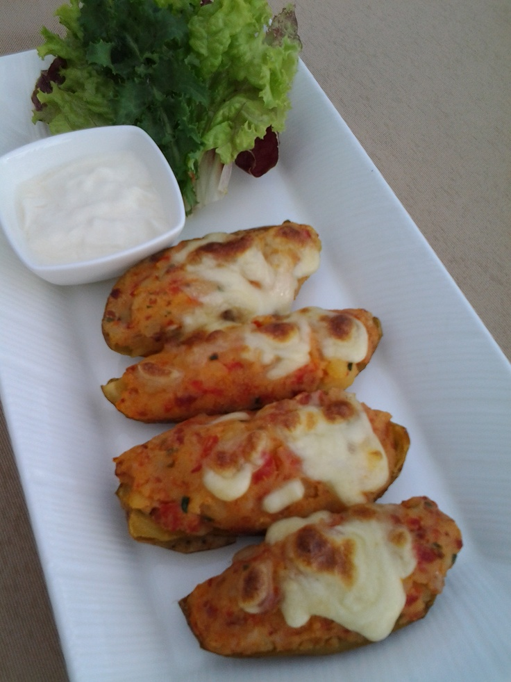 Potato skins with cheddar, bacon and chives and sour cream on the side ...