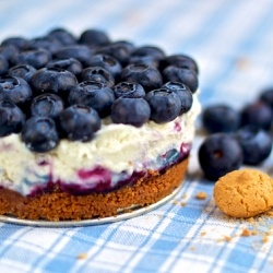 Blueberry and mascarpone cheesecake with amaretti crust