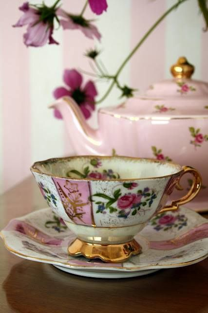 Oh, I love this so much, the contrasting patterns between the tea pot and cup. :)