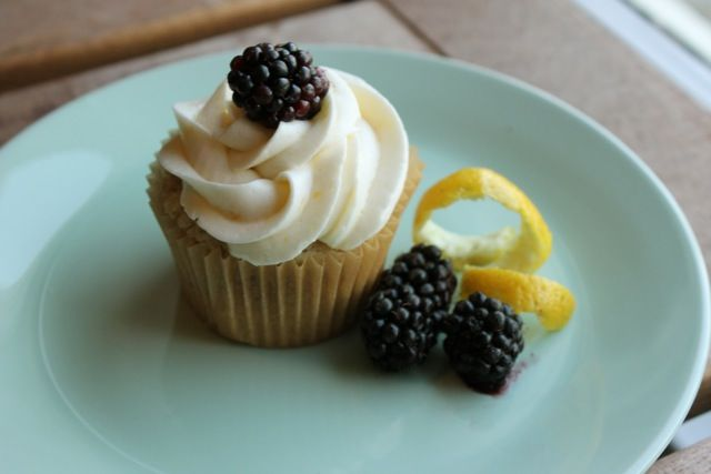Lemon Blackberry Cupcakes | Blackberry Cupcakes by Cupcake Project Pi ...