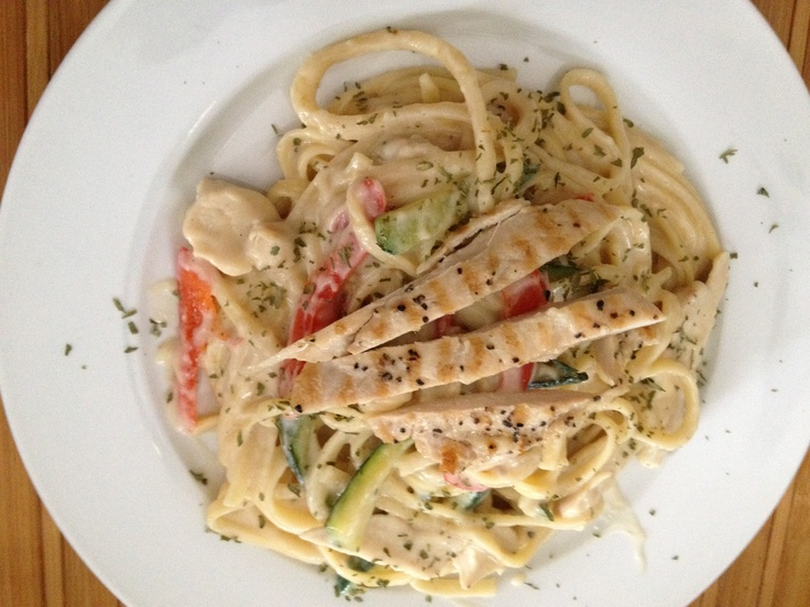 Creamy linguini with grilled chicken breast, zucchini and red bell ...