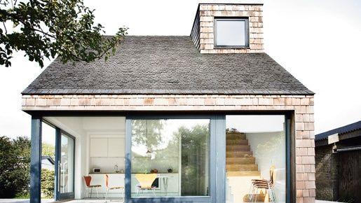 Kahdelle sukupolvelle suunnitellun talon avainsanoja ovat yksinkertaisuus ja helppous. Se tarkoittaa vähän tavaraa, huolettomia materiaaleja ja paljon luonnonvaloa.