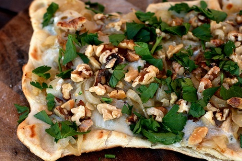 Caramelized onion and gorgonzola grilled pizza.