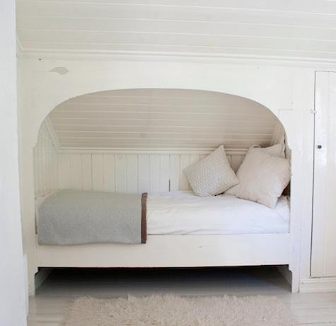 Napping nook under the eaves home pinterest for Eaves bedroom ideas