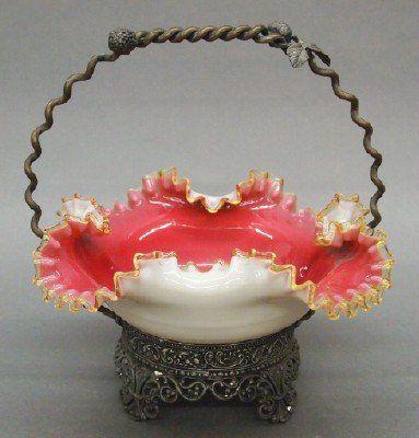 Корзина конце 19 века викторианской Невеста художественного стекла в Посеребренная рама, Обсаженном Янтарная стеклянная тела с взъерошенными обода и розовый интерьер