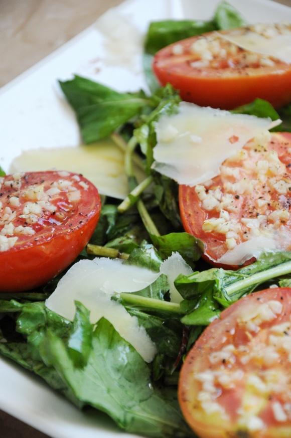 salada quente de tomate e rúcula