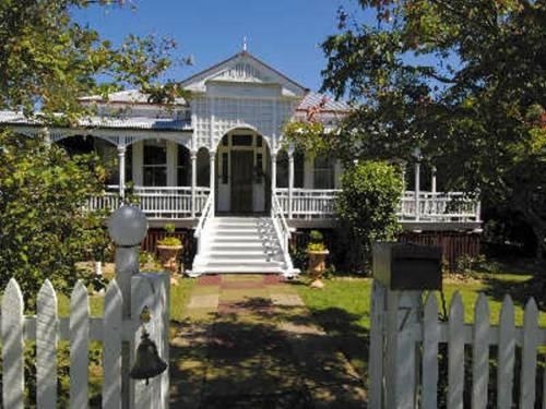 Old white queenslander home house love pinterest for Classic queenslander house