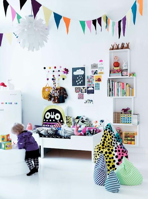 Chambre d'enfant blanche avec plusieurs touches de couleurs vibrantes. (Source inconnue, désolée.)