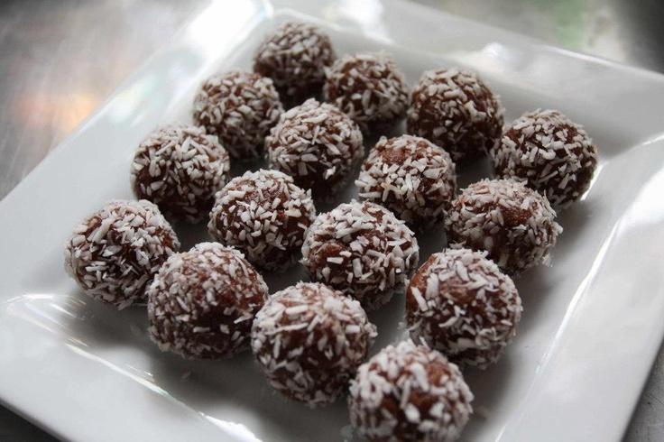 Snowmen balls. Cashew butter, cocoa powder, dates, vanilla and coconut ...