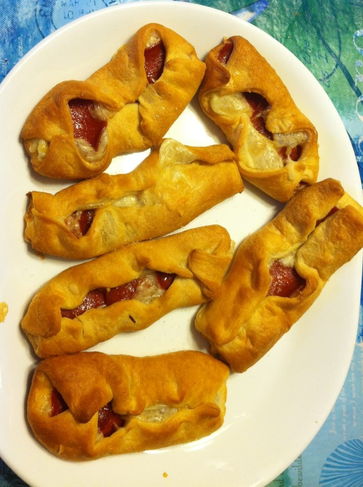 Mini Calzones. 148 calories each.  1 Pillsbury Crescent Sheet  1 Cup Shredded low fat mozzerella  2 Ounces Turkey Pepperoni