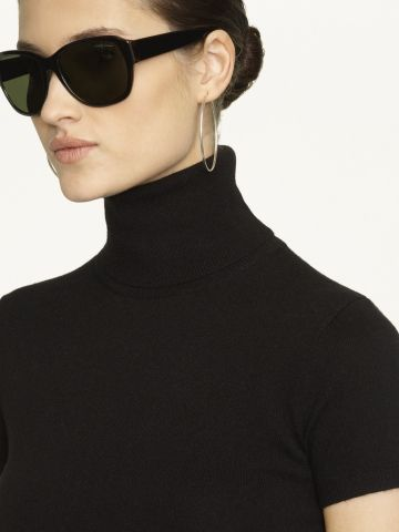 The black turtleneck, sunglasses and hoops, timeless!!!