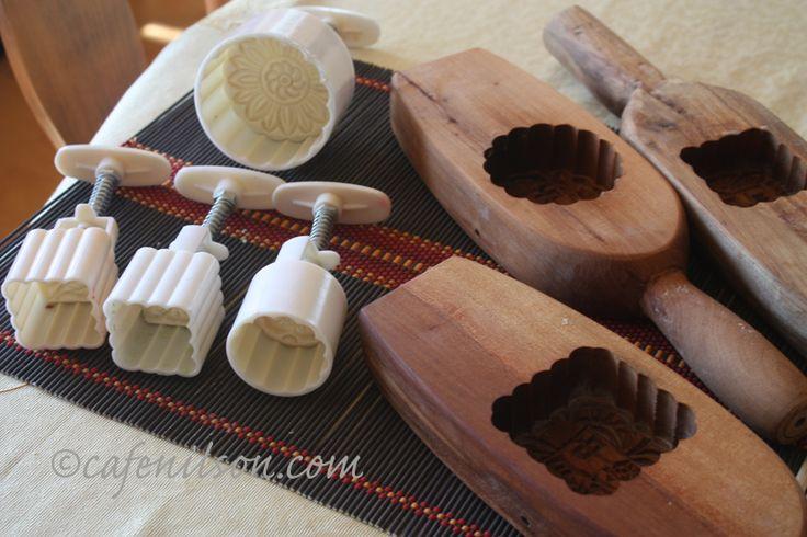 moules à gâteaux de lune at http://www.cafenilson.com/2009/09/foodbuzz-24-24-24-mooncakes-and-tea-party/