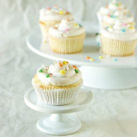 Vanilla Cupcakes with a Cream Cheese Peach Filling and a Simple ...