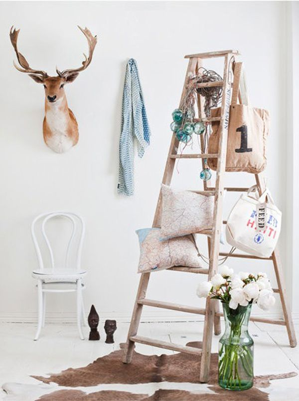 Decorar con escaleras de mano antiguas. http://reformasdediseno.com/decorar-con-escaleras-antiguas/