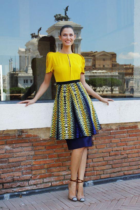 ipv het gebouw als achtergrond de weerspiegeling gebruiken.#Briljant.  Bianca Balti en Fendi -Le look du jour