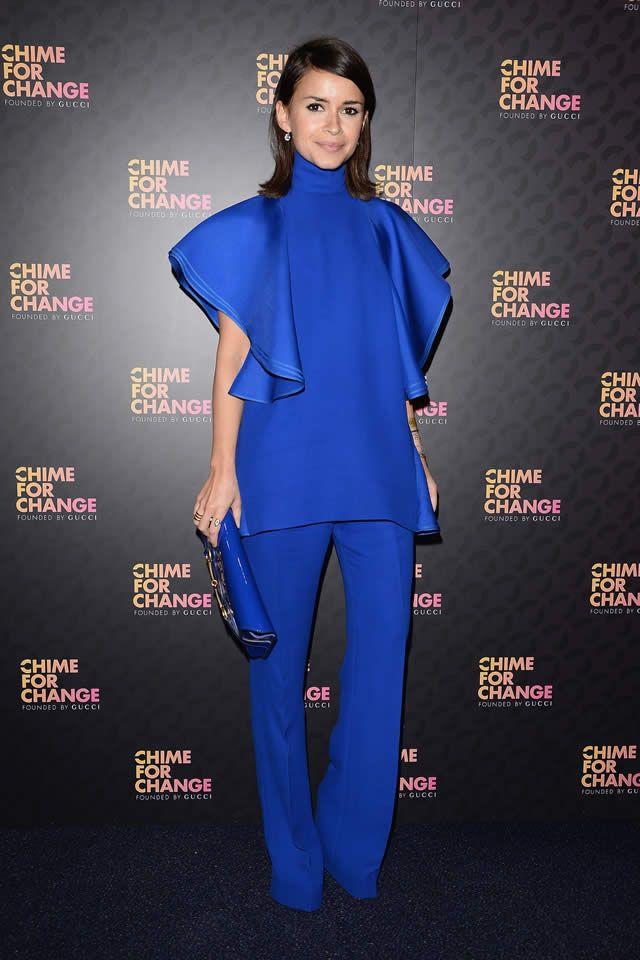 Londres - A fashionista Miroslava Duma é adepta de looks monocromáticos. Aqui, o conjunto azul klein é composto por calça e blusa de corte impecável.
