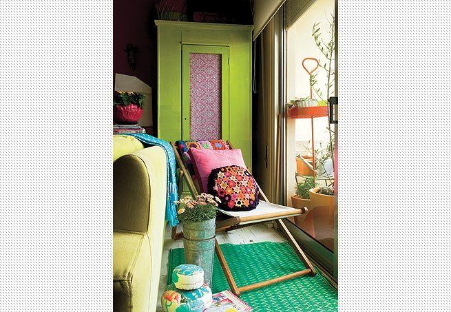 Feitas pela mãe da arquiteta Alexandra Albuquerque, as almofadas de crochê combinam com a colcha de renda, trazida do Nordeste. Sobre o papel de parede estampado, quadro da artista Isabelle Tuchband