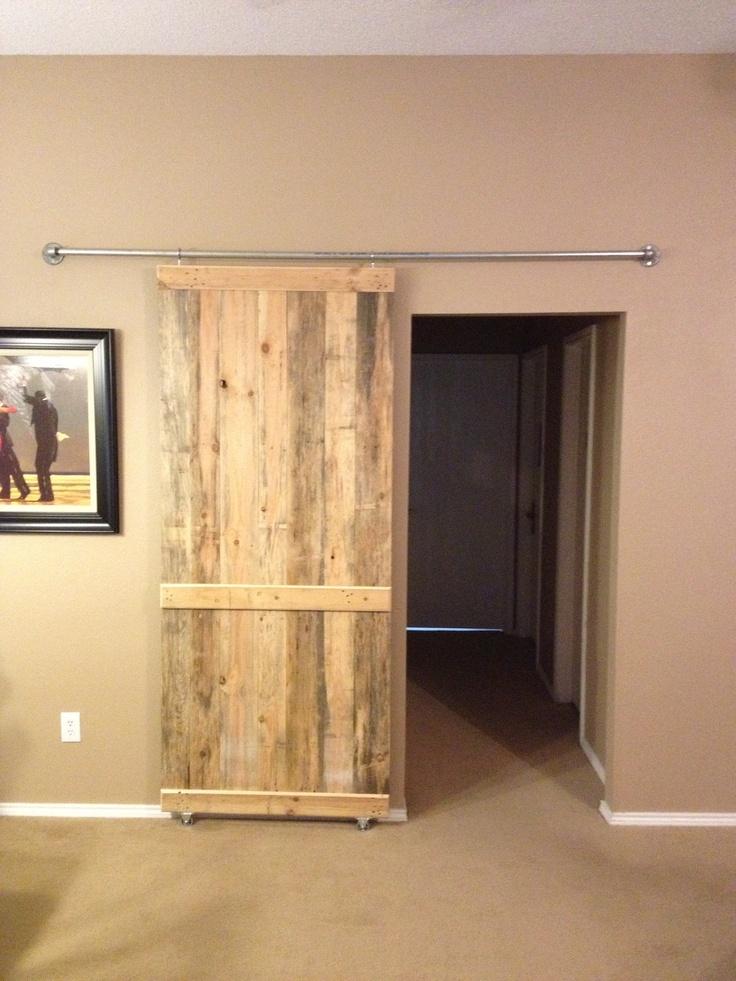Barn door from re purposed pallet wood decor ideas for Barn door decorating ideas
