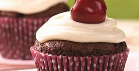 Chocolate Cherry Cupcakes with Whipped Cream Cheese Frosting #cupcakes ...