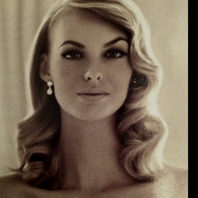 Perfect vintage hair. Love the make up.