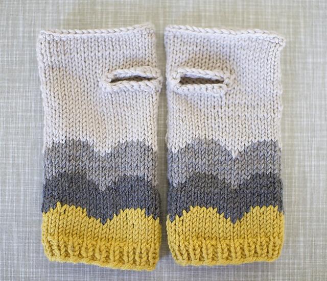 Wrist Warmers Free Knitting Pattern : Ravelry- pretty wrist warmers Knit and Crochet Pinterest