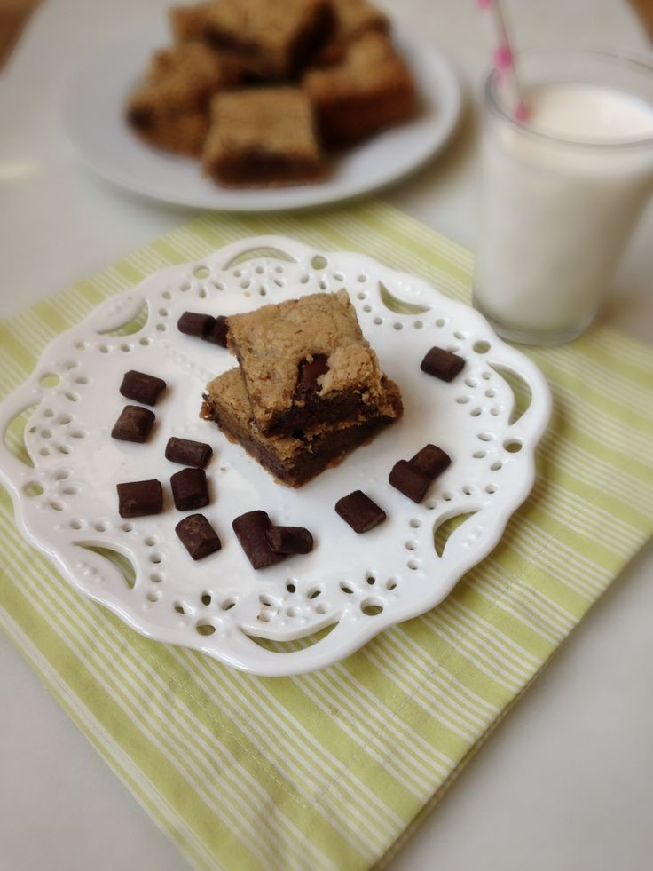 Peanut Butter Chocolate Chunk Cookie Bars | chezcateylou.com
