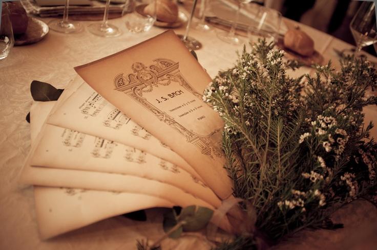 Decoración de mesas con partituras de música · Valentinas Weddings and Parties #weddingdecoration #decoracionbodas #weddings #bodas