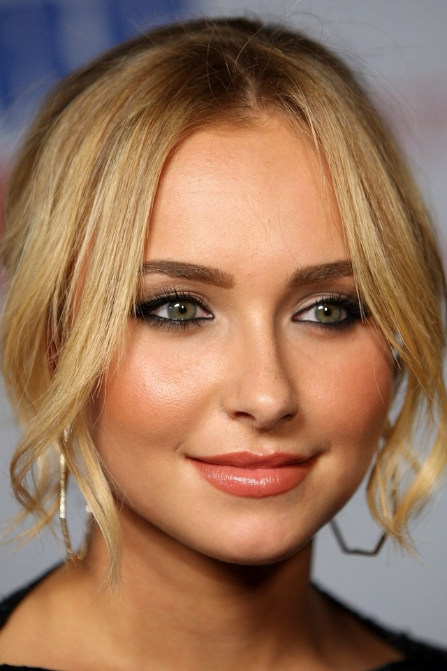 Hayden Panettiere gorgeous black smokey eye, coral lipstick and coral blush, strong dark eyebrows