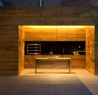 minimalista, esta churrasqueira tem acabamentos em madeira com bancadas em granito preto. Projeto Valeri Gontijo