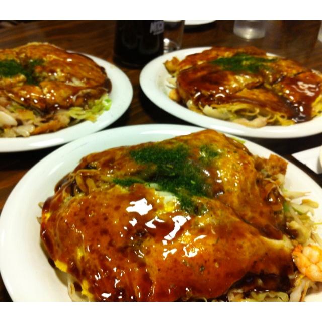 ... okonomiyaki hiroshima style hiroshima style okonomiyaki being prepared