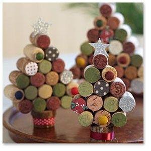 Pequenas árvores de Natal com rolhas