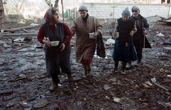 Русские женщины в разрушенном русскими городе в Чечне