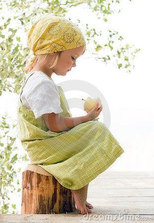 © Jeecis(Dainis Eglavs) | Dreamstime.com    Little girl looking at apple