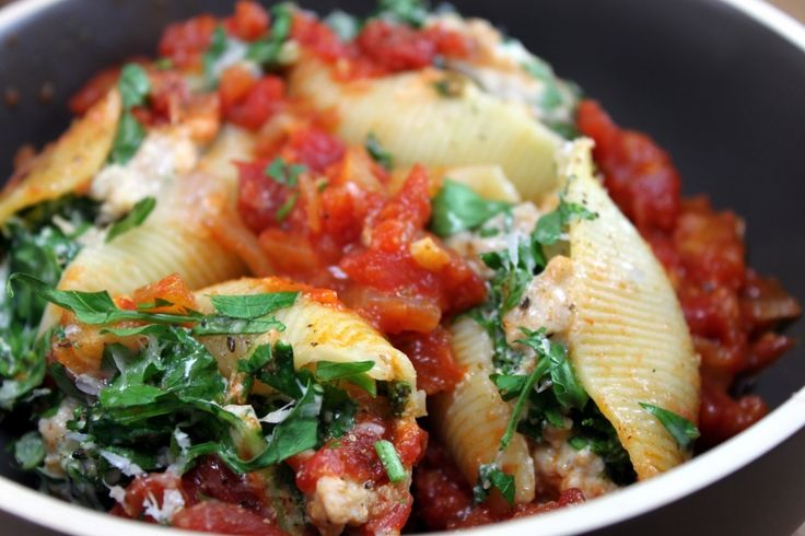 Kale, Sausage, and Ricotta Stuffed Shells on http://whitsamusebouche ...