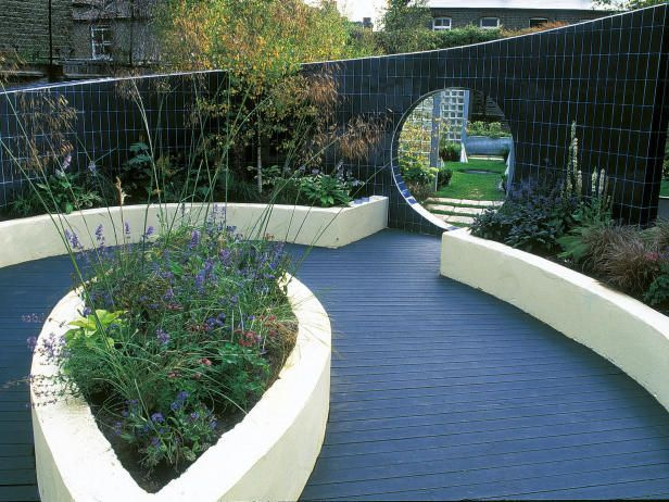 Sloping curved wall garden design fences walls for Curved garden wall designs