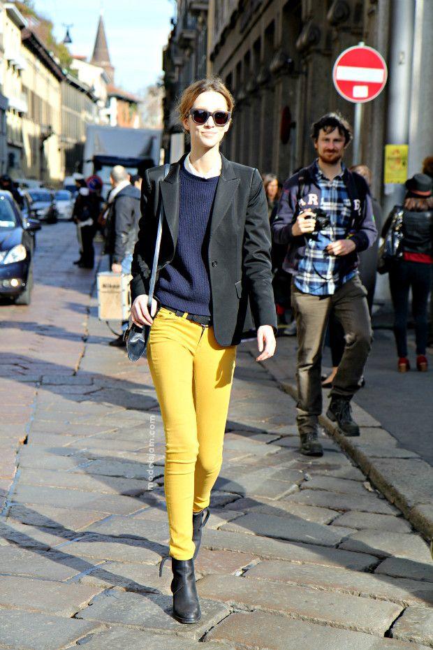 黄色のカラーパンツ着こなしコーデ
