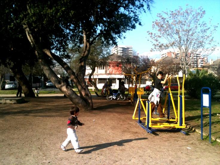Juegos para los más pequeños y máquinas para hacer ejercicios en Plaza Sucre