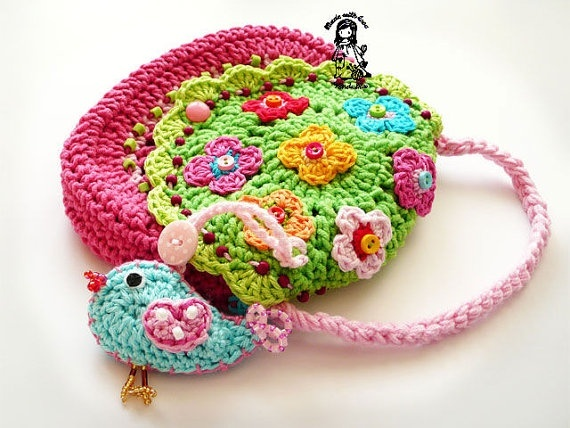 Cute crochet purse. This is adorable for a little girl!