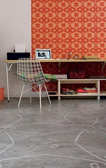 """Sem poder gastar demais na reforma  do ateliê, a artista plástica Ana Paula Wenzel optou pelo piso de cimento queimado. """"Para não ficar com o visual pobrinho, pintei o desenho que copiei de um ladrilho hidráulico antigo com estêncil"""", diz"""