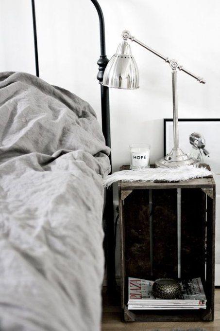 Une table de nuit en cagette  Chambres / Bedrooms  Pinterest