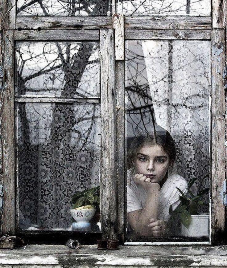 Фото девушек в окнах домов 2 фотография