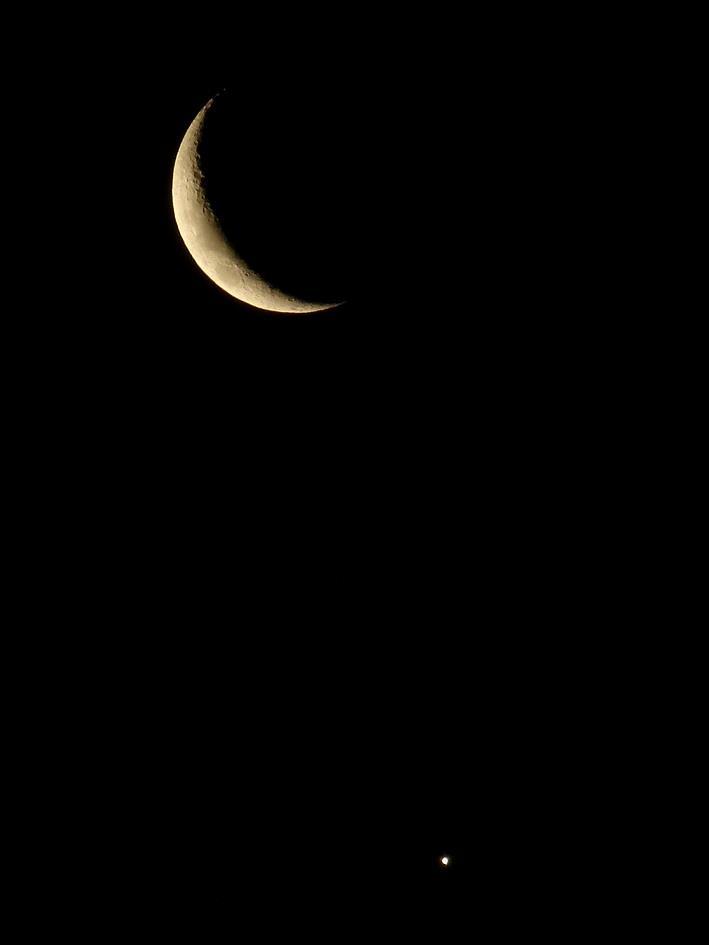 The Moon and Venus below. Rio night sky by Rafael Mariante Meyer