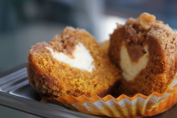 pumpkin muffins with cream cheese and streusel caps! yes!