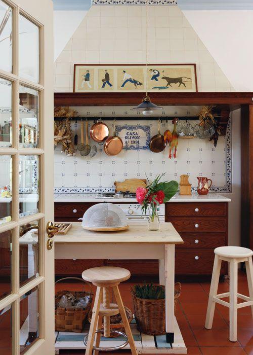 Gallinas, animales de granja, detalles que dan sabor y añaden la nota de color y pintoresca a esta cocina.