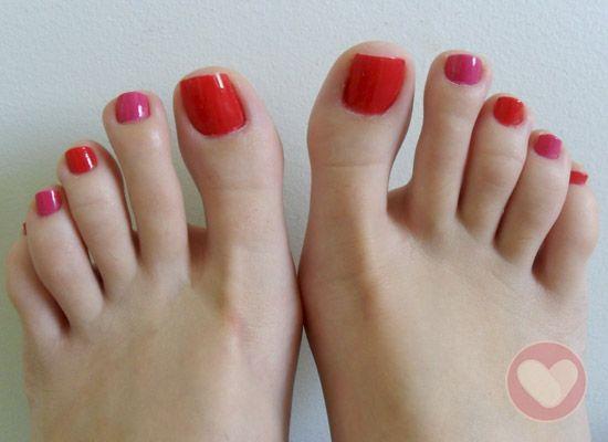 Unhas dos pés coloridas.